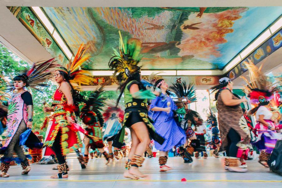 Grupo Danza Azteca bailó en Chicano Park debido a la celebración del Dia de la indepencia mexicana.