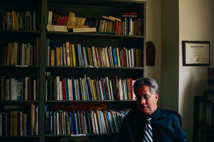 Profesor José Mario Martin-Flores habla sobre la literatura en su oficina.
