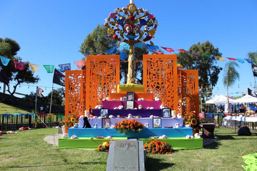 Este altar principal del evento que fue dedicado a personas mexicanas famosas como Joan Sebastian y Cantinflas.
