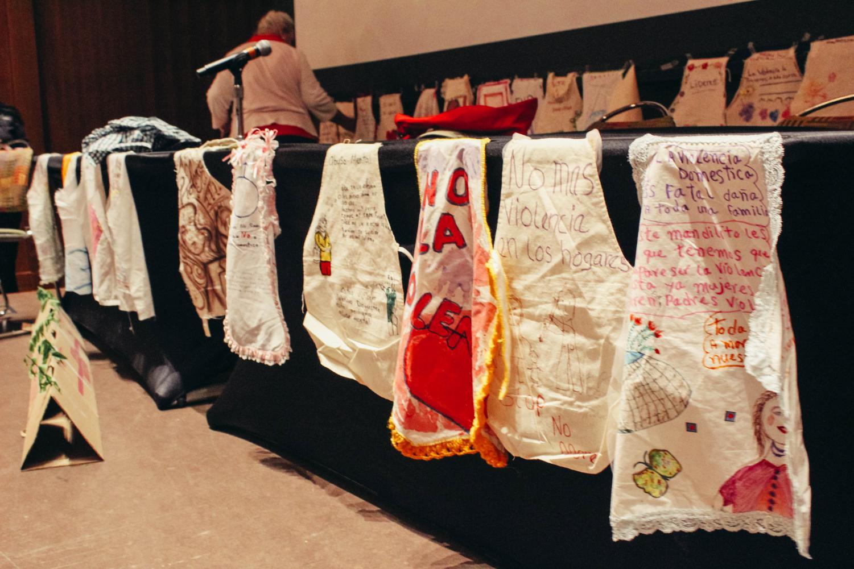 Mandiles hechos a mano por activistas en donde pusieron mensajes de su comunidad fueron exhibidos en el teatro el 10 de octubre.