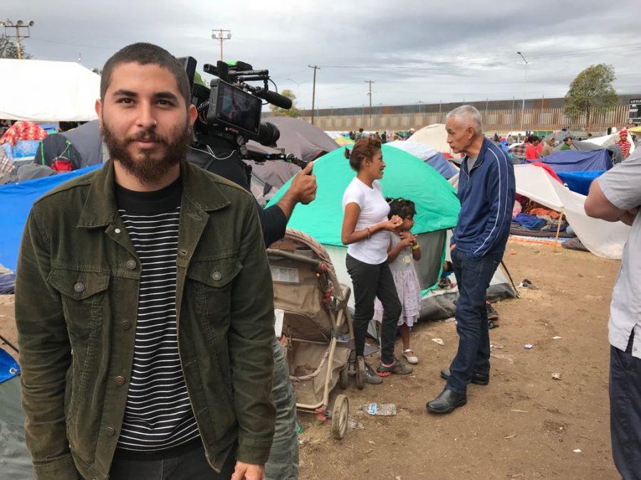 Vladimir Salazar, el editor de Mundo Azteca, se para frente al periodista Jorge Ramos mientras cubre la caravana migrante en Tijuana.