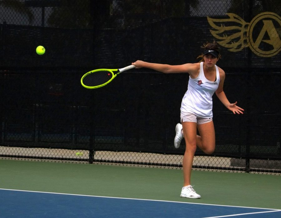 Senior+Jenny+Moinard+competes+during+the+Aztecs+4-0+win+over+Cal+Poly+on+Feb.+10+at+the+Aztec+Tennis+Center.