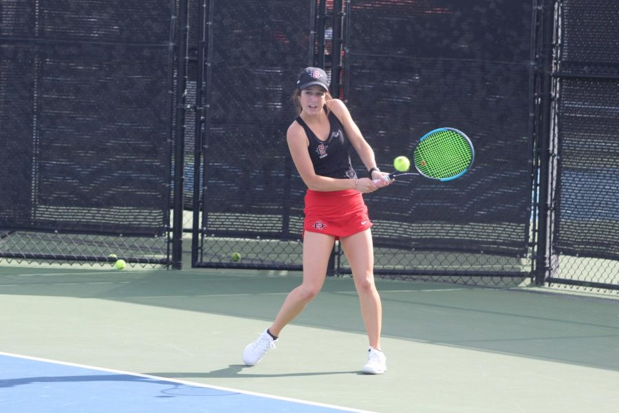 Sophomore+Abbie+Mulbarger++hits+the+ball+during+the+Aztecs+7-0+victory+over+Sacramento+State+at+the+Aztec+Tennis+Center+on+Jan.+20.+