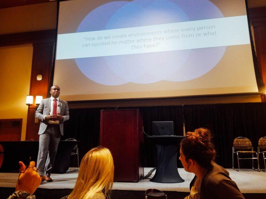 Jordar Harrison da un discurso sobre sus experiencias personales el 16 de febrero en Montezuma Hall.