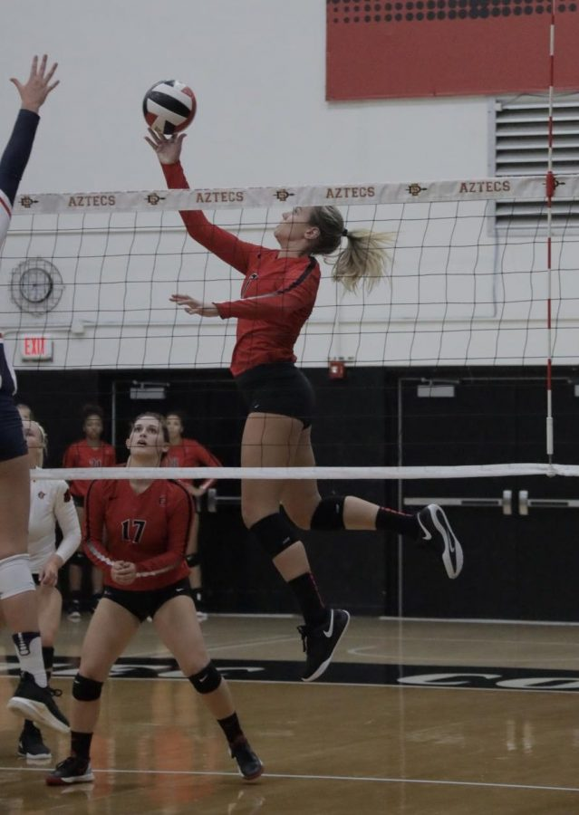 Senior+outside+hitter+Hannah+Turnlund+plays+the+ball+during+the+Aztecs%27+3-0+loss+against+Arizona+on+Sept.+7+at+Peterson+Gym.