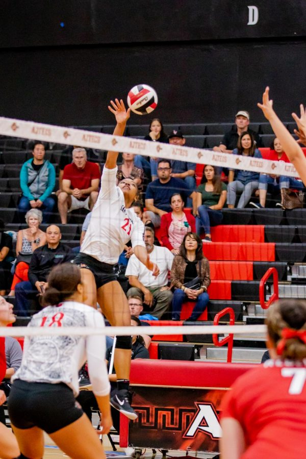 Sophomore+outside+hitter+Victoria+O%27Sullivan+spikes+the+ball+in+the+Aztecs%27+3-1+loss+to+UNLV+on+Oct.+3+at+Peterson+Gym.