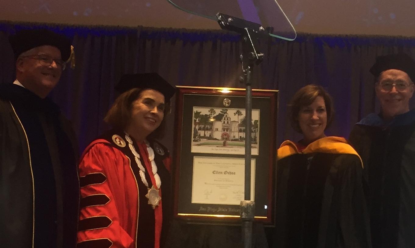Ellen Ochoa con Adela de la Torre, el profesor Davis y profesor Roberts.