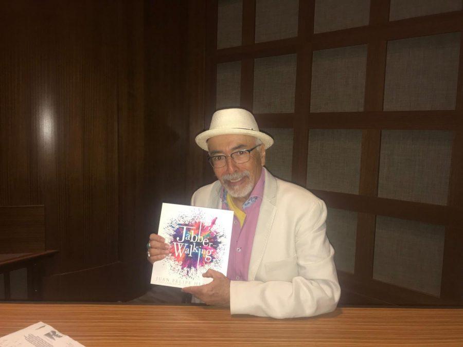 Juan Felipe Herrera muestra su libro de poesía en SDSU.