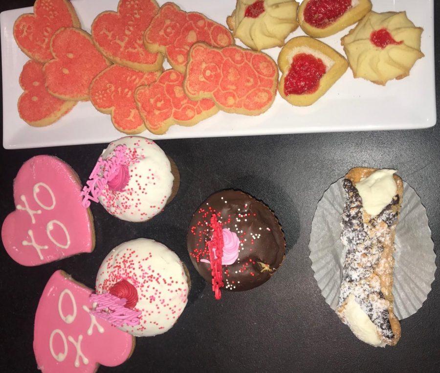 Muchas de las panederias venden postres de corazones para el Día de San Valentín