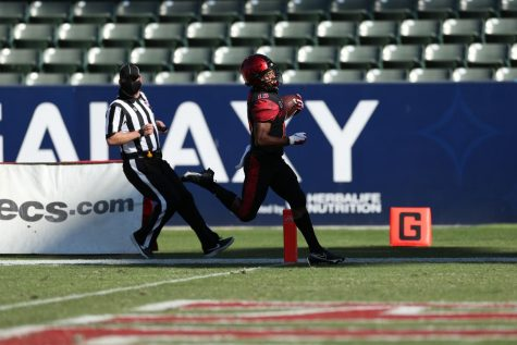 Then-junior running back Jordan Byrd rushes for a touchdown during the Aztecs' 34-10 win over the Rainbow Warriors at Dignity Health Sports Park in Carson, Calif. on Nov. 14.