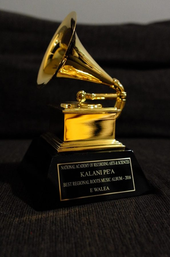 %22File%3AKalani+Pe%27a+Grammy+Award+Statue+2017.jpg%22+by+Allanbcool+is+licensed+under+CC+BY-SA+4.0