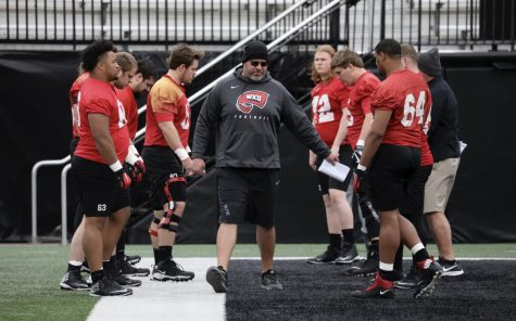 Then-Western Kentucky offensive line coach Mike Goff coaches a group of Hilltopper linemen.