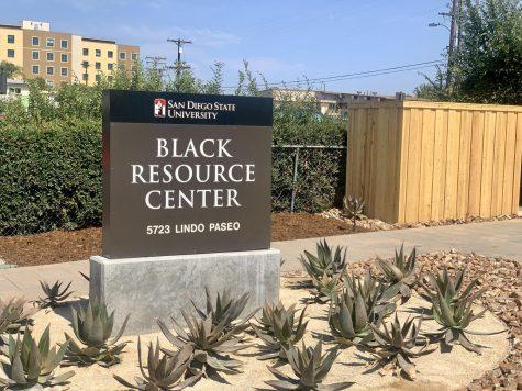 Afuera del Black Resource Center en las afueras del campus de SDSU.