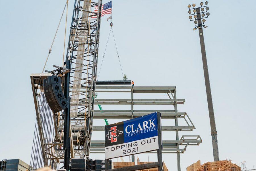 Los trabajadores del acero insertan la última viga en el Estadio Azteca, completando la parte estructural del estadio.