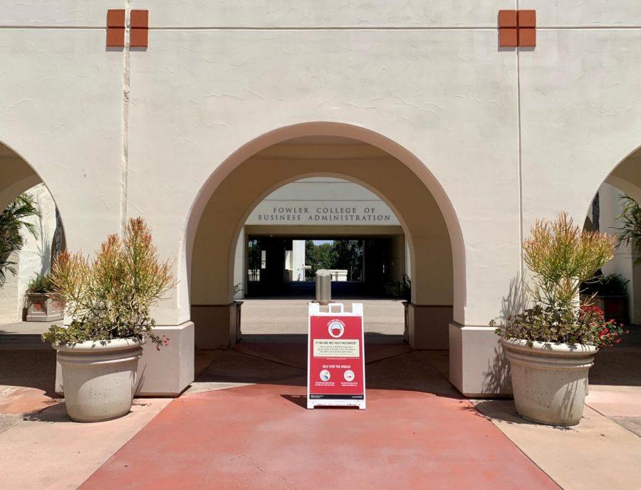 SDSU ha puesto rótulos de segurancia de la salud por todo el campus.