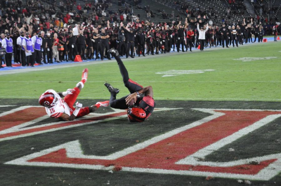 Lucas Johnson catches a two-point conversion in overtime to give the Aztecs the lead.