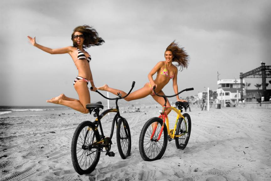 Photo Editor Antonio Zaragoza captured these two ladies at the beach,  clearly misunderstanding the complexities of the modern bicycle.